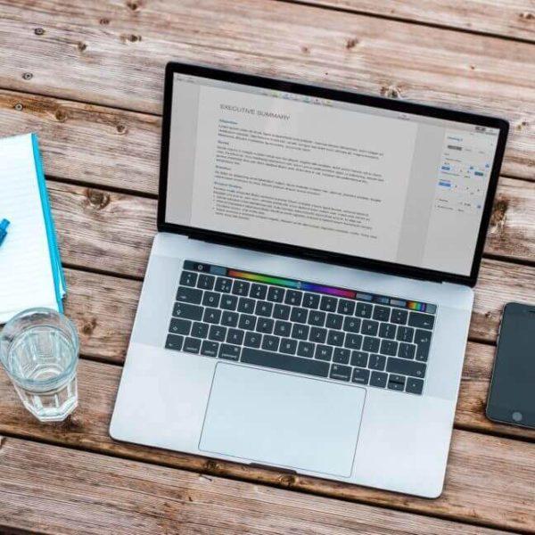 Notebook mit Notizblock auf de, Tisch